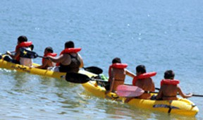 Children paddle kayaks at the Aquatic Center at Castaic Lake. (Josh Hernandez/SCUN)