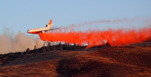 A DC-10 drops Foschek fire retardant north of Lake Hughes, as seen from Avenue D and 200th Street West. Photo by Matthew Moore.