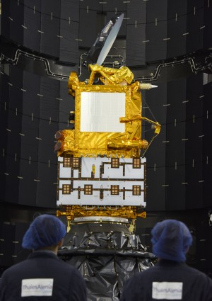 Jason-3 is Encapsulated in SPPF Facility for the SpaceX Falcon 9 Rocket