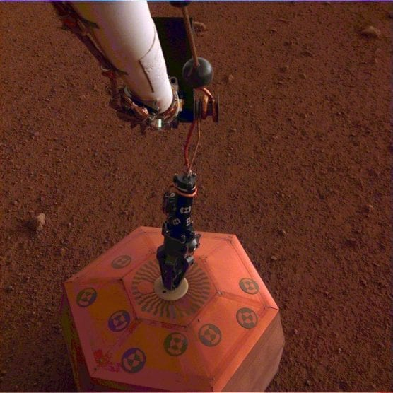 NASA's InSight lander placed its seismometer on Mars on Dec. 19, 2018, the first time a seismometer had ever been placed onto the surface of another planet. | Photo: NASA/JPL-Caltech.
