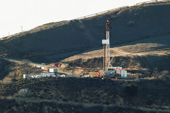 Equipment and machinery are seen on a ridge above Southern California Gas Company's Aliso Canyon relief well.   Photo: Scott L./Wikipedia.