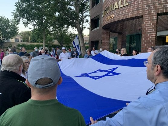 Approximately 100 SCV residents gather to support Israel